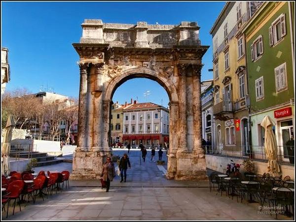 Triumphal Arch of Sergius - Ancient Roman triumphal arch located in Pula, Croatia